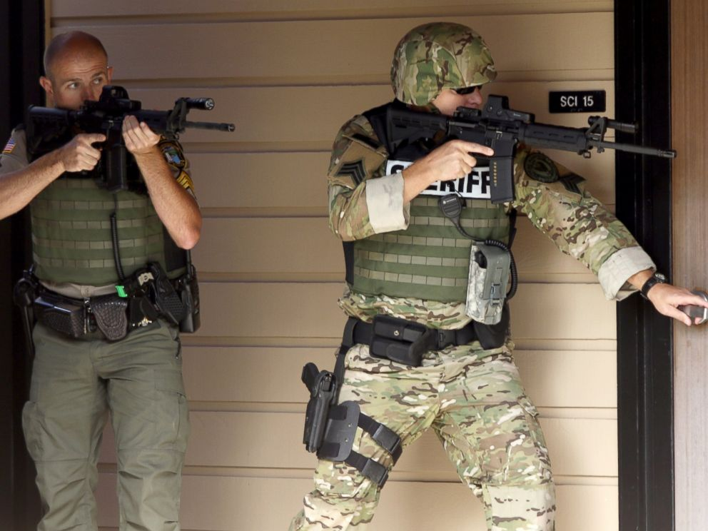 PHOTO: Authorities respond to a report of a shooting at Umpqua Community College in Roseburg, Ore., Oct. 1, 2015.