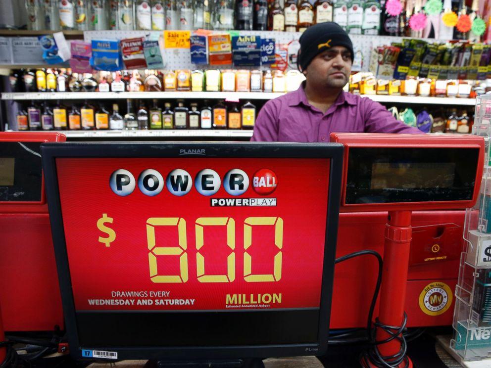 PHOTO: Jay Suthar works the lottery machine at Pine Liquors in Fort Washington, Jan. 8, 2016.