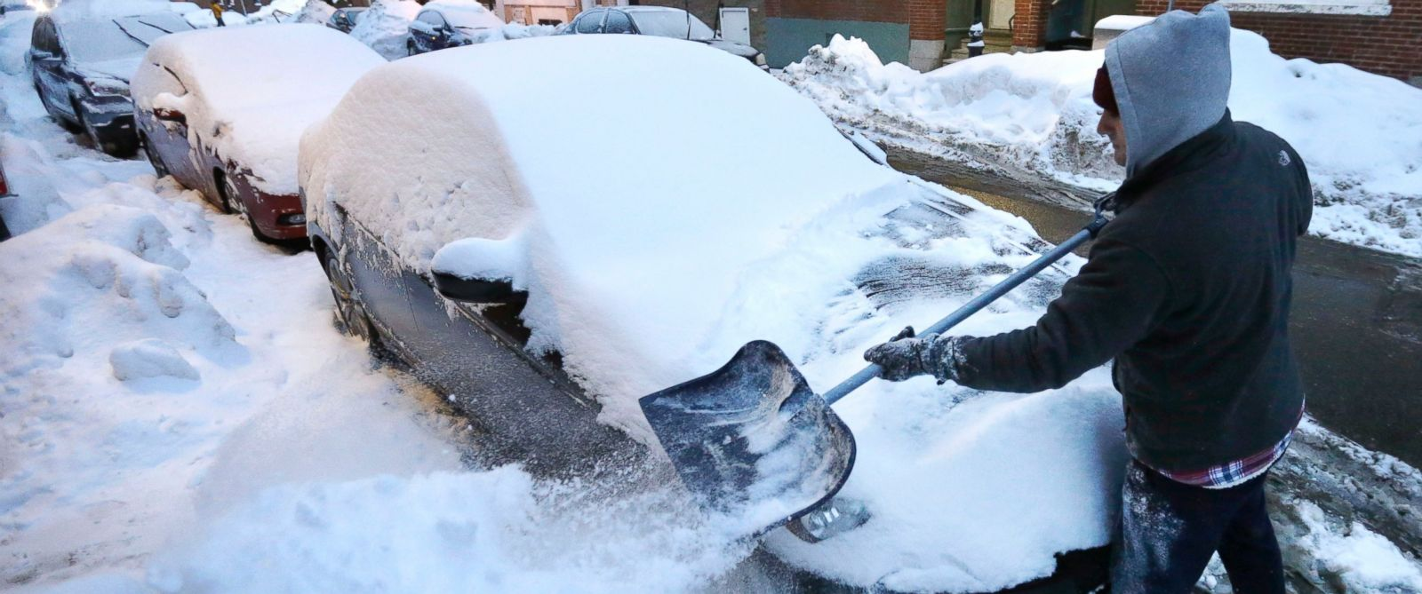 PHOTO: Alex Ranere, of Boston, uses a shovel to remove snow from his car, Feb. 8, 2015, in Bostons North End neighborhood.
