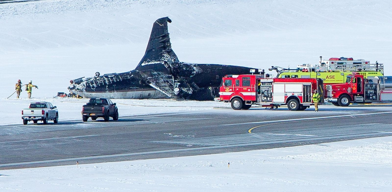 PHOTO: Emergency crews respond to a private plane that crashed while attempting to land at Aspen-Pitkin County Airport, Jan. 5, 2014 in Aspen, Colo.