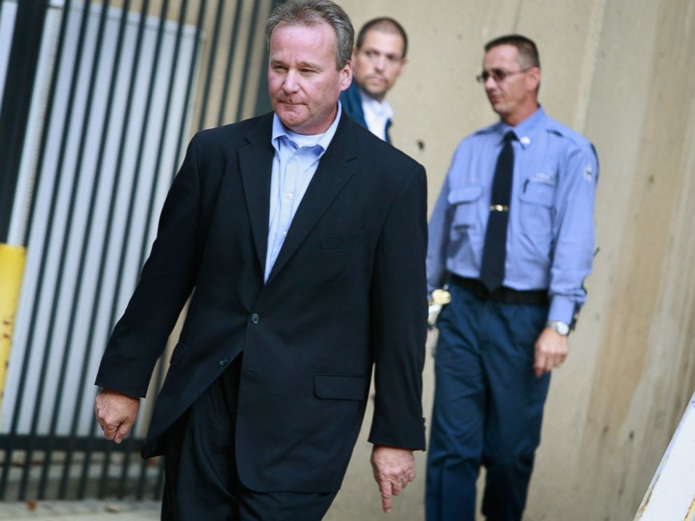 PHOTO:Michael David Barrett leaves the Metropolitan Correctional Center after posting bond in Chicago, Oct. 5, 2009.