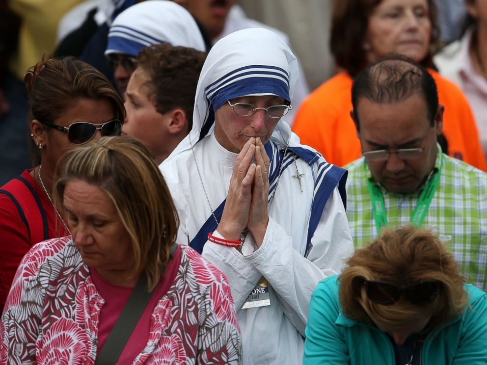 PHOTO: Spectators pray as they listen to the papal Mass during the World Meeting of Families on Sept. 27, 2015 in Philadelphia.