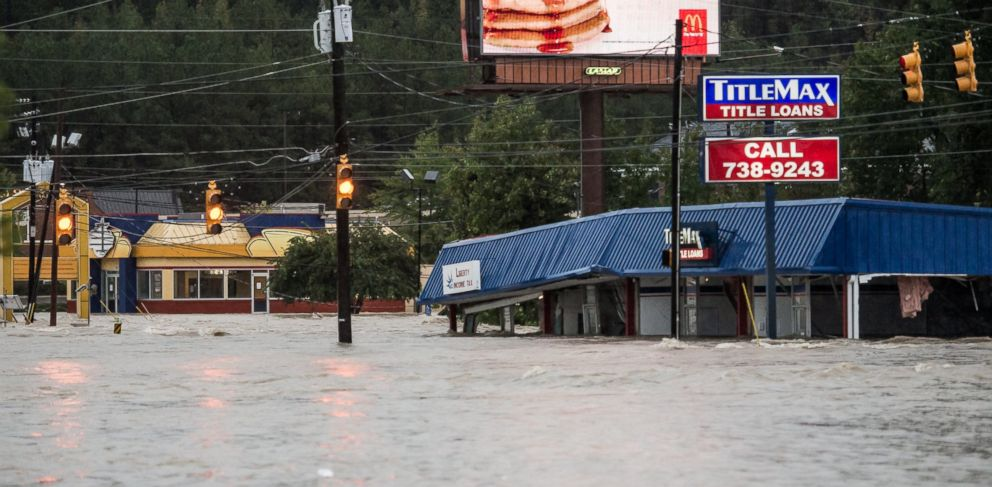 PHOTO:Flood waters rise around a title loan store on Garners Ferry Road, Oct. 4, 2015, in Columbia, S.C.