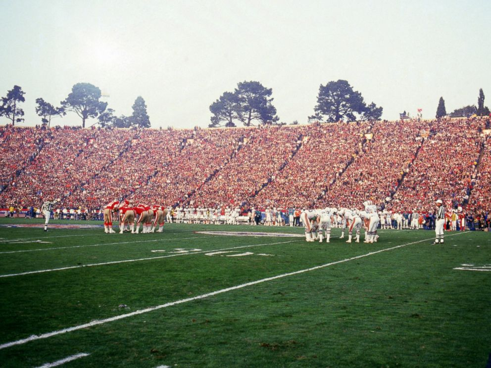 PHOTO: The Miami Dolphins and San Francisco 49ers huddle as they face off in Super Bowl XIX at Stanford Stadium, Jan. 20, 1985, in Stanford, Calif.
