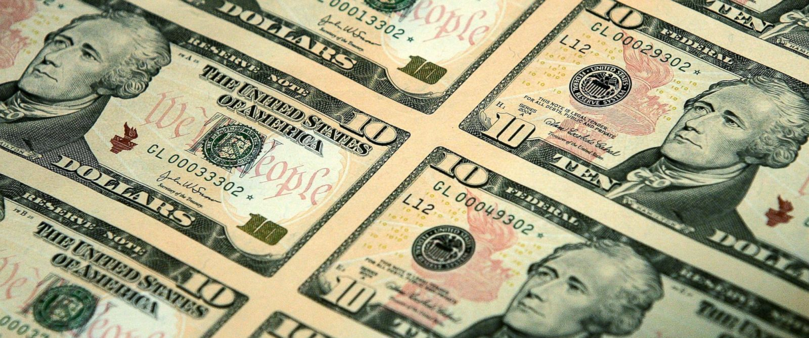 PHOTO: An uncut sheet of the redesigned $10 bill is seen at the National Archives.