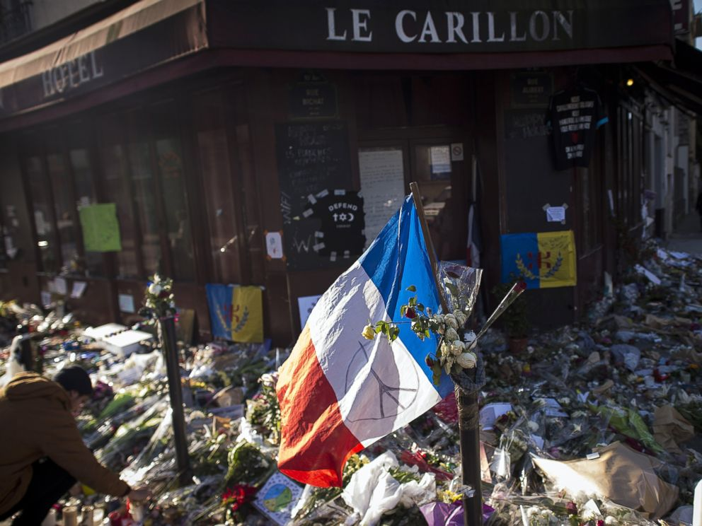 PHOTO:A photo shows a makeshift memorial for a tribute to the victims of a series of deadly attacks in Paris, in front of the Carillon cafe in Paris, Nov. 23, 2015.