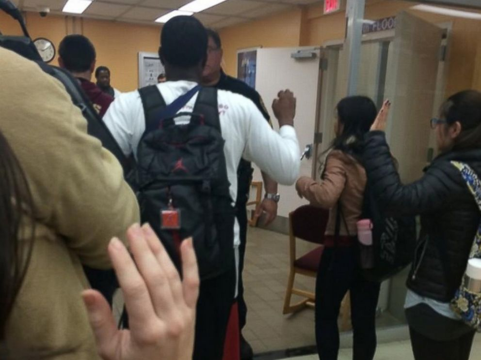 PHOTO: Police officers speak with students inside the Strozier Library on Florida State Universitys campus in Tallahassee, Florida, Nov. 20, 2014.