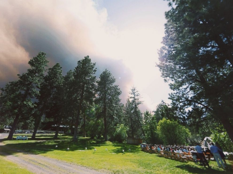 PHOTO: A wildfire threatens the wedding of Michael Wolber and April Hartley in Bend, Oregon, June 7, 2014.