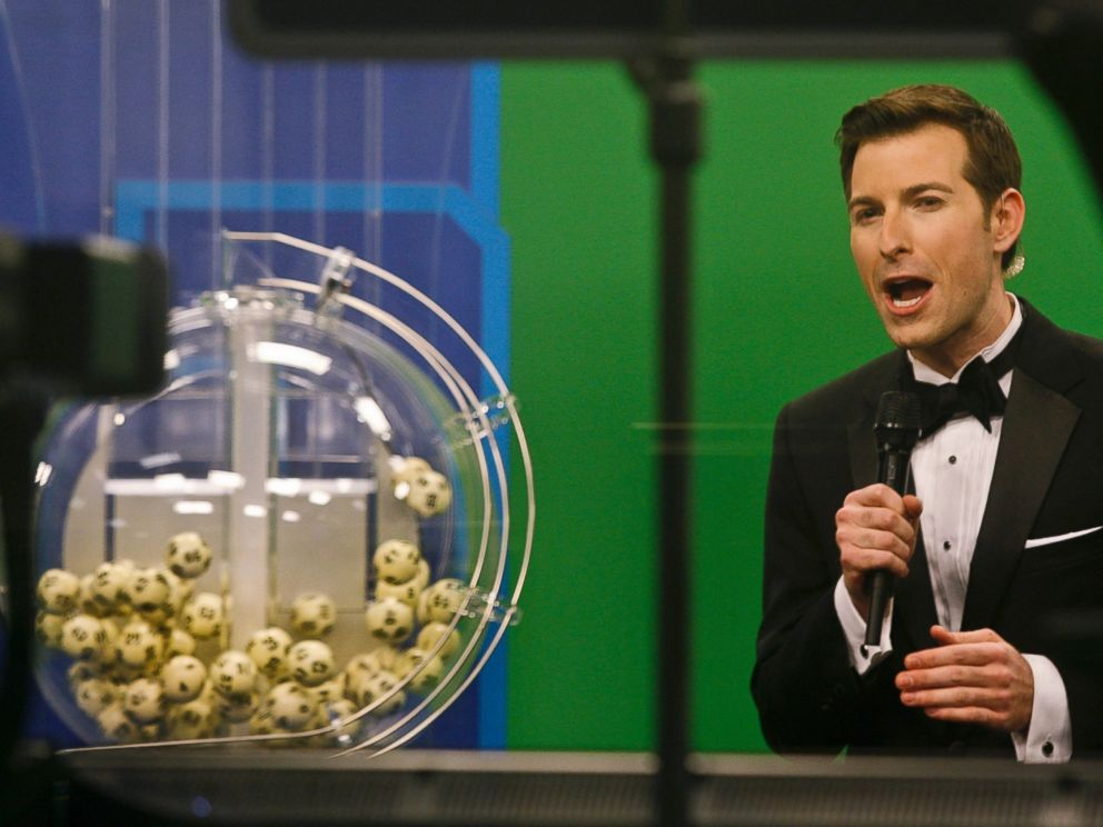 PHOTO: Host Sam Arlen speaks as the winning Powerball numbers are about to be drawn at the Florida Lottery studio in Tallahassee, Florida Jan. 9, 2016.