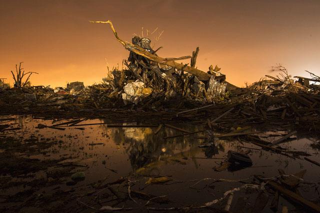 RT moore oklahoma destruction night debris pond thg 130529 wblog Haunting Night Scenes of Oklahomas Devastation