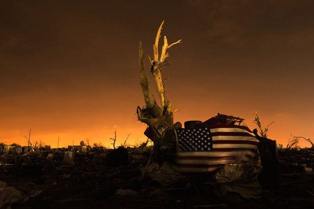 RT moore oklahoma destruction night flag thg 130529 wblog Haunting Night Scenes of Oklahomas Devastation