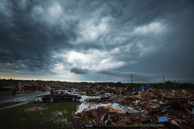 RT moore oklahoma destruction night landscape thg 130529 wblog Haunting Night Scenes of Oklahomas Devastation