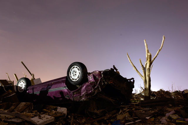 RT moore oklahoma destruction night purple car thg 130529 wblog Haunting Night Scenes of Oklahomas Devastation