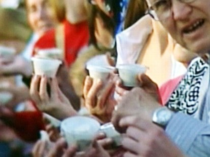 Video: 2,500 people attempt to break ice cream licking record.