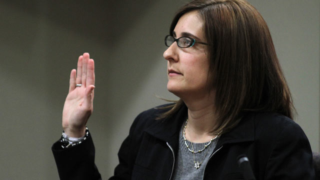 PHOTO: Andrea Sneiderman takes the stand to testify during the opening of the Dunwoody day care killing trial of Hemy Neuman in Atlanta, Feb. 21, 2012.