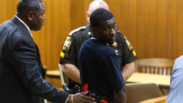 PHOTO: Desmonte Leonard looks back at family and friends makes his first appearance at the Lee County Justice Center, June 14, 2012, in Opelika, Ala.