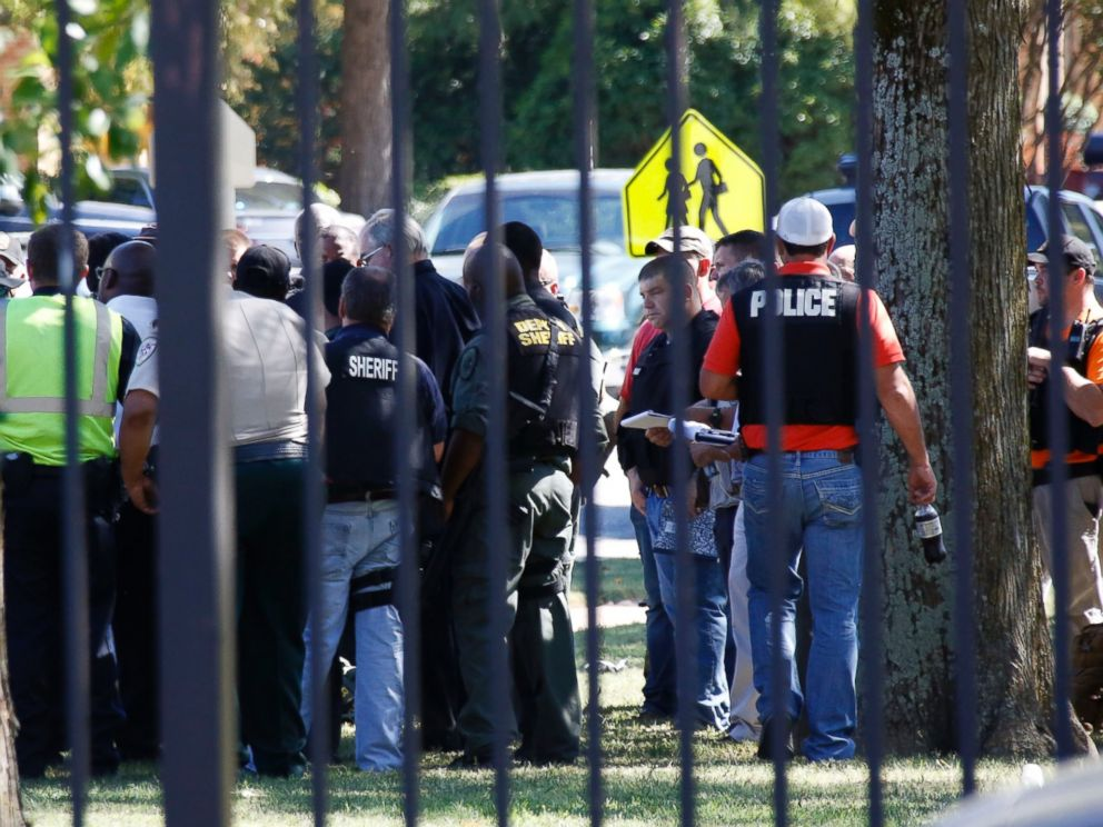 PHOTO: Law enforcement officers gather on the Delta State University campus to search for an active shooter in connection with a the shooting of history professor in Cleveland, Miss., Sept. 14, 2015.