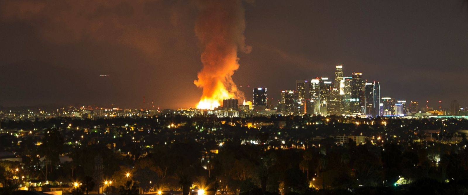 PHOTO: A photo provided by Nancy Yuille shows a massive fire engulfing an apartment building construction site near downtown Los Angeles, Dec. 8, 2014.
