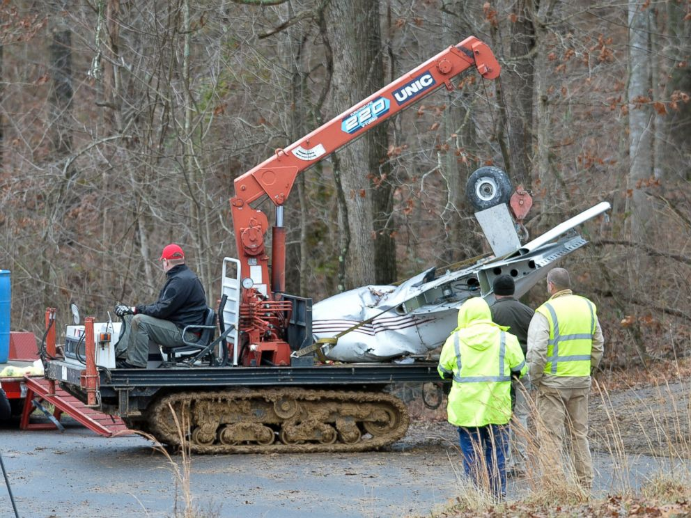 PHOTO: Salvage workers bring out part of a Piper PA-34s fuselage, wing, and landing gear from a crash site Sunday, Jan. 4, 2015 in Kuttawa, Ky.