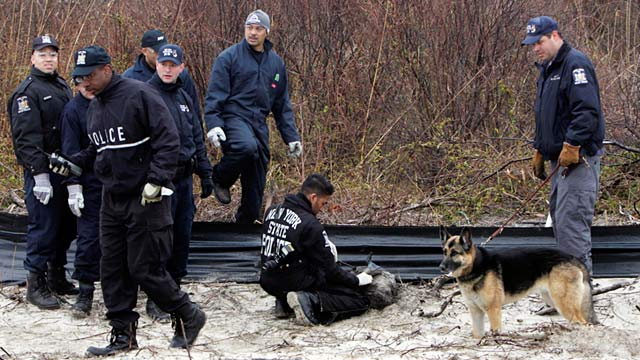 PHOTO: Police search near Jones Beach in Wantagh, N.Y.
