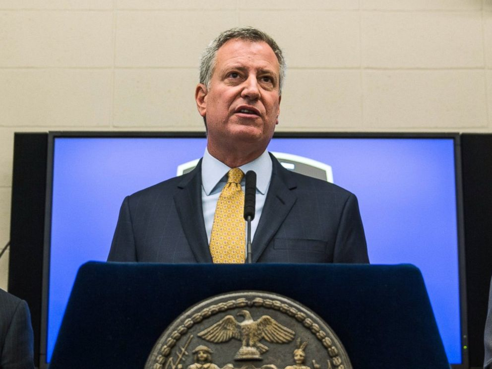 PHOTO: New York Police Department Commisioner Bill Bratton (L) and New York City Mayor Bill de Blasio speak about body cameras that the NYPD will begin using during a press conference, Dec. 3, 2014 in New York City.