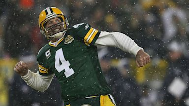 PHOTO: The Green Bay Packers plan on retiring Brett Favres number before he is inducted into the NFL hall of fame.