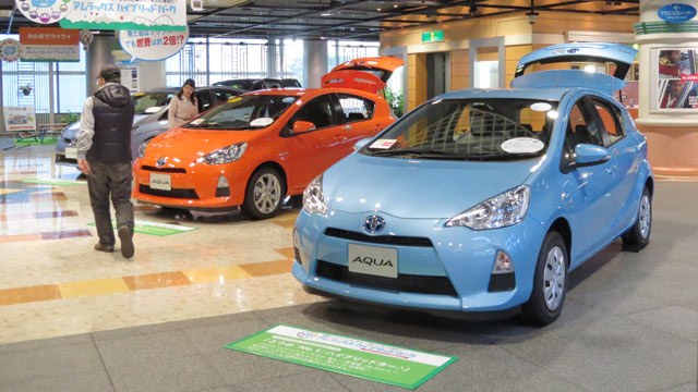 PHOTO: Toyota Aquas, full hybrid gasoline-electric subcompact hatchback produced by Toyota Motor, are displayed at the companys show room in Tokyo on May 8, 2013.