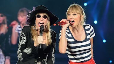 PHOTO: Carly Simon, Taylor Swift duet
