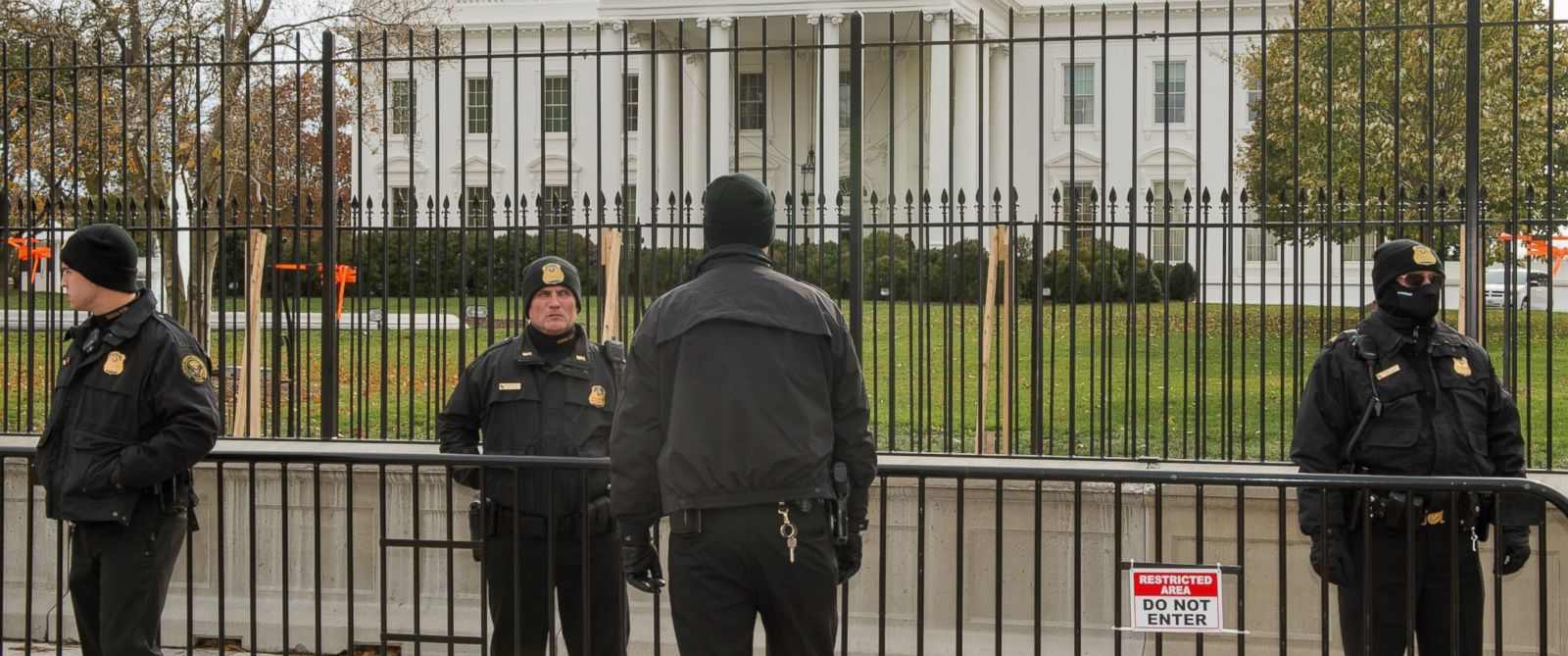 PHOTO: Members of the Uniformed Division of the US Secret Service stand on duty in front White House, Nov. 19, 2014.