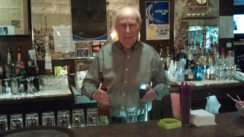 ht ray nauroth lt 111214 wblog 100 Year Old Bartender Ray Nauroth Still Pouring Strong