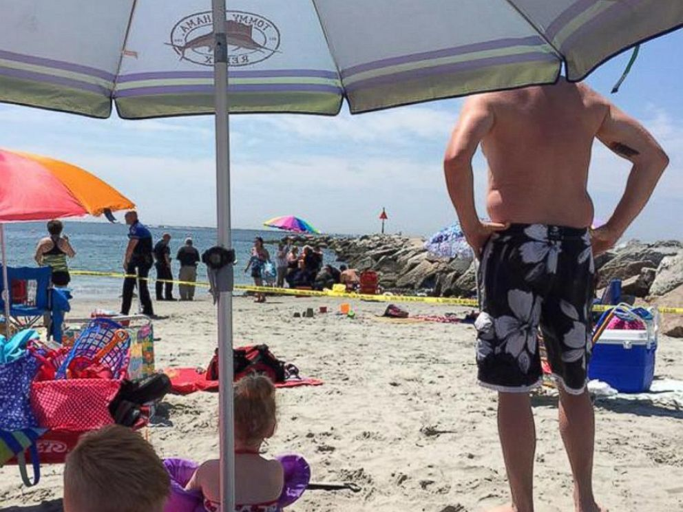 PHOTO: Police begin evacuating Salty Brine Beach in Narragansett, Rhode Island, after a possible explosion on July 11, 2015.