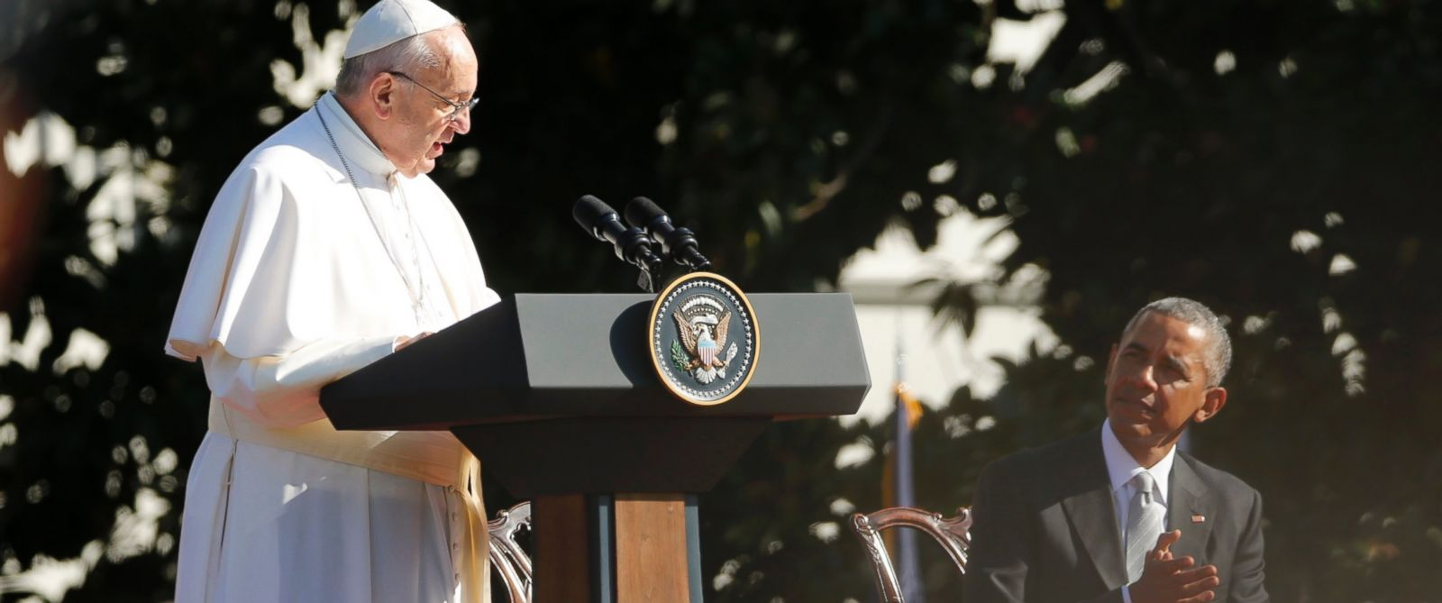 PHOTO: President Barack Obama applauds during remarks from Pope Francis at an arrival ceremony at the White House in Washington, Sept. 23, 2015.