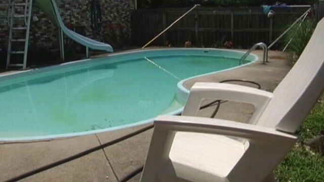 VIDEO: Tennessee man told police the woman swam in his pool while her husband stole items from his home.