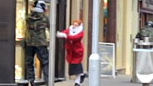 Photo: Handbag-wielding granny attacks jewel thiefs