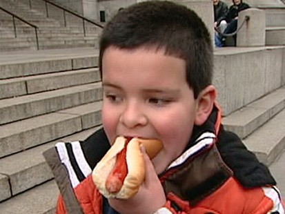 VIDEO: A leading medical group says hot dogs are a choking hazard and urges a redesign.