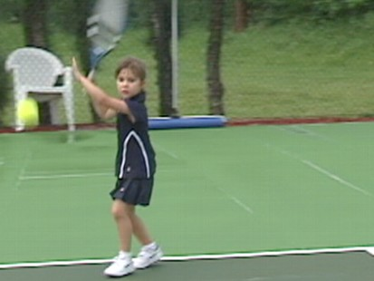 """VIDEO: Could 4-year-old Mia """"Kangaroo"""" Lines be the next big tennis star?"""