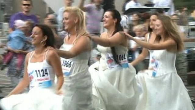 VIDEO: 50 women donned their dresses for a 150-meter dash in Belgrade.
